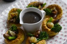 Mini Yorkshire puddings with sausages and roast shallot gravy recipe