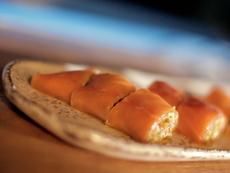Rollo De Salmon Ahumado Con Salsa Tartar Y Lentejas (Smoked Salmon Roll with Tartar Sauce and Lentils)